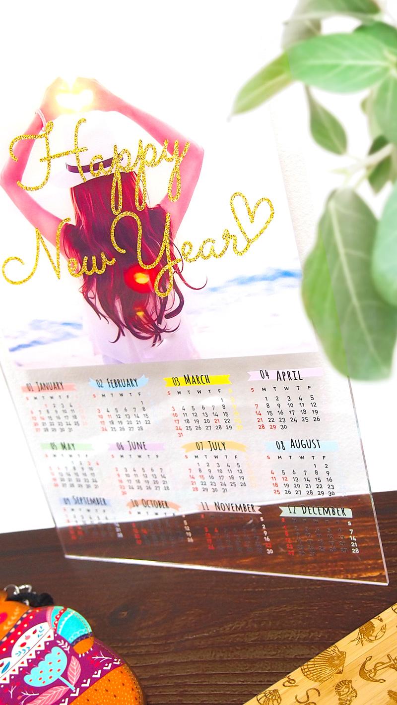 アクリル カレンダーのオリジナルグッズ。同人グッズにおすすめ。写真をアップするだけで1個から簡単作成。ME-Q(メーク)の写真
