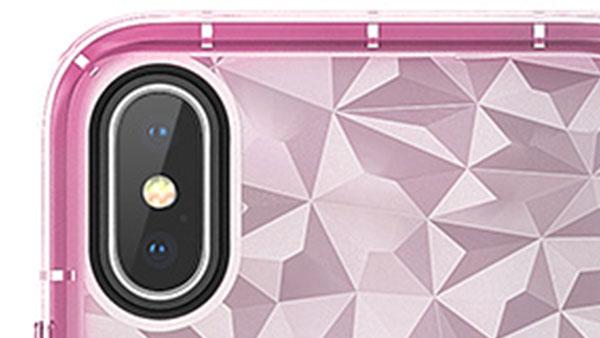 カメラ穴部分はブラックのワンポイントカラー