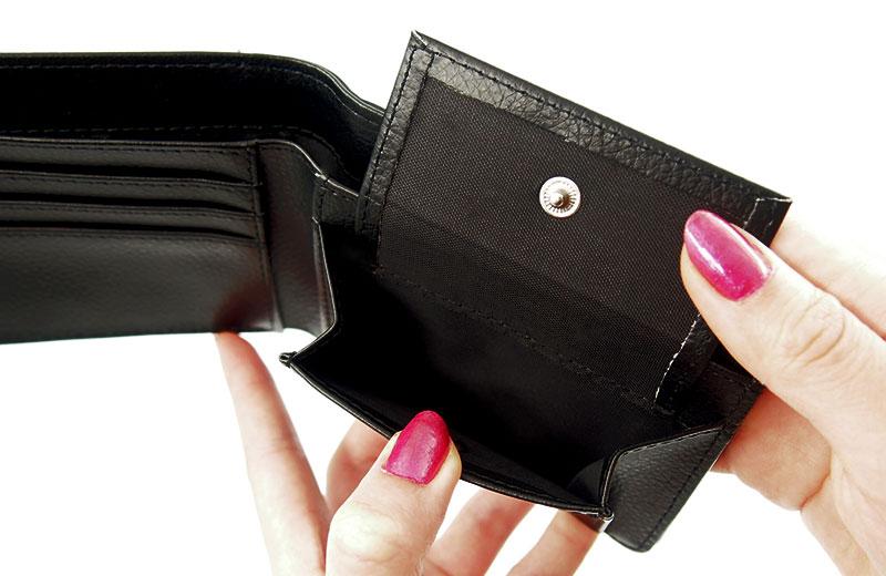 コンパクトなのに収納力抜群!機能性も高い定番の二つ折り財布