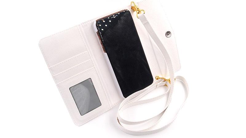 女性にうれしい機能満載!カード収納ポケット・ミラー・ハンドストラップなど便利な三つ折りカバー
