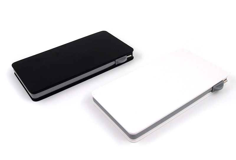 Qi対応ケーブル収納型モバイルバッテリーはホワイトとブラックをご用意