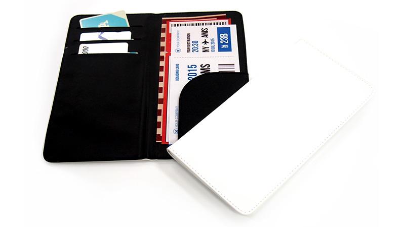 チケットやカード類、パンフレットやパスポートも。色々収納できて綺麗に持ち運べるオリジナルのチケットホルダーです。