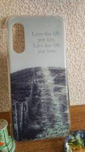 メークで作ったオリジナルデザインのスマホケース。自分用。英文はボブ・マーリーの名言で「自分の生きる人生を愛せ  自分の愛する人生を生きろ」という意味。ボブ・マーリーの曲のファンではないのが申し訳ないけど、彼の言葉は好き