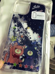 アイリスとロッソのiPhone11用ケースが届いたー!!これで1755円。安い!!他にも色んなタイプのスマホケースやTシャツとか作れるのでまたなにかデザインしようかな(*^▽^*)
