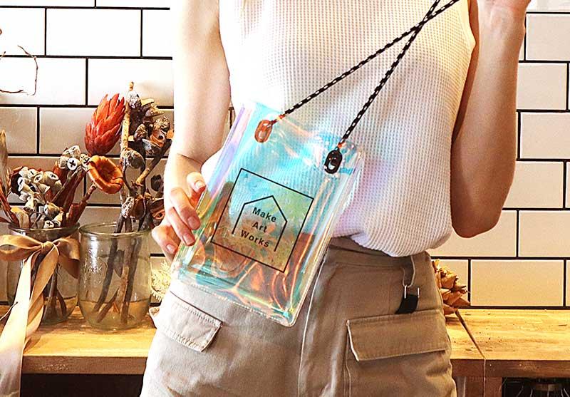 オーロカラーが可愛いクリアバッグ。写真やイラストなどオリジナルで作ればインスタ映え必須!