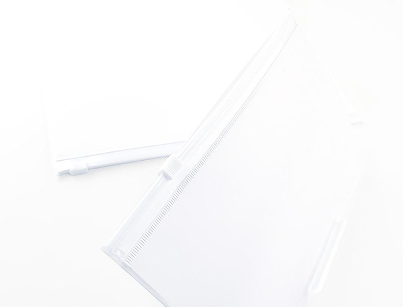 全面ホワイトカラーのポーチ(PVC素材)