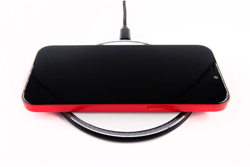 置くだけでQi対応デバイスを急速充電。最大10Wのワイヤレス充電器。