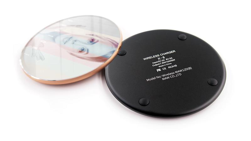 印刷面は強化ガラス。本体はマットなメタル素材で高級感があるワイヤレス充電器。